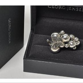 Smukkeste ring fra Moonlight Grape Georg Jenen i sølv med sommerfugl i hvidguld med sorte diamanter 0,26 ct. Ringen er udgået og kan derfor ikke længere købes.