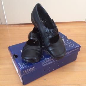 Jeg sælger disse flotte, Jenny by ara, sko. Det er str. 36.5. Hælen har en højde på 3 cm, indvendigt mål er 22 cm. De er som nye, brugt få gange. Kommer fra et ikke ryger hjem, sender gerne mod betaling. Nypris 600kr, sælger dem for 195kr