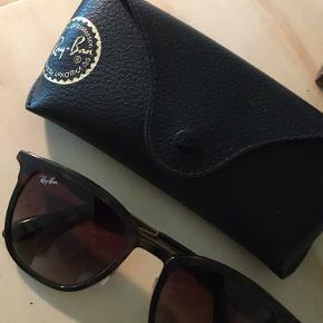 Brugt meget få gange ☺️! Super flotte Ray-Ban solbriller - købt i Algade optik i Brønderslev, har dog ikke kvittering længere. Sælges da de ikke bruges. Fejler intet ☺️! Kan sendes eller afhentes i Aarhus ☺️!