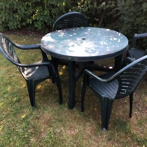 Fint grønt sæt med bord og fire stole