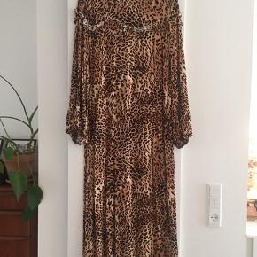 Smuk kjole. Klassisk Leo-print. Se også andre annoncer. Giver mængderabat.