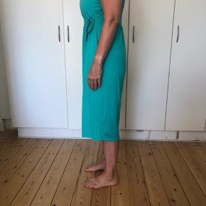 Den har kun været brugt en enkelt gang. Kjolen er true to size - det er min mor der har den på her og den er et nummer for stor til hende ☺️ skriv endeligt, hvis der er noget ☺️