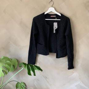 Super fin boucle agtig jakke  Køber betaler selv fragt, ellers kan varen afhentes på Frederiksberg C - tæt ved Forum st. og søerne.  Har over 200 ting til salg, så tjek mine andre annoncer ud😍 Der kommer ofte mængderabat!
