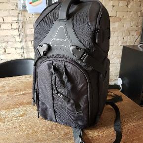 Helt ny kamerataske / rygsæk, med god plads til ekstra kamera, linser, nd filtre, mikrofon m.v. Aldrig brugt da den ikke passede mit eget behov.