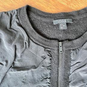 Sort COS cardigan i uld med silke. Helt sort i farven, men svært at vise på fotos. Str. S