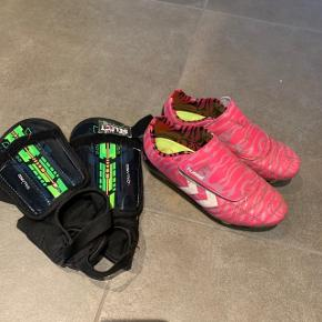 Fodboldstøvler og benskinner. Prisen er for hele sættet.