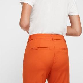 Fine Feminine bukser i brun/rust fra Vero Moda. Jeg vil definere dem mere som gulerodsfarvede, men rigtig fine.  De er i str. M/34 (str. M i livet og 34 i benlængden)