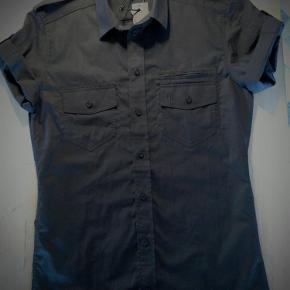 Helt ny Minimum skjorte, med korte ærmer og mange fede detaljer.  Se også mine andre annoncer.  Skjorte Farve: Sort Oprindelig købspris: 500 kr.