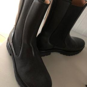 Sorte støvler i str 39 fra & Other Stories - købt for et par måneder siden. Kun brugt 1 gang, så er i perfekt stand.