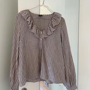 Ternet bluse/skjorte fra Gina Tricot. Jeg har været glad for blusen, hvilket man godt kan se, men ingen tydelige slidtegn.  Skriv for billeder med den på