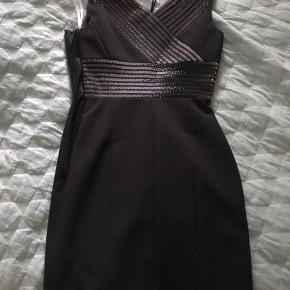Sælger den smukkeste tætsiddende cocktail kjole fra Versace. Den har små sten både foran og bagpå. Det er en IT 40, så det svarer til en størrelse 36.