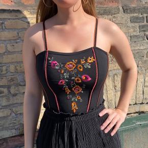 Sælger denne fede og unikke Michelle top med lukning bag på. Det nogle fede farver og giver et tjekket look.  Jeg sælger den da jeg desværre ikke får gået med den.
