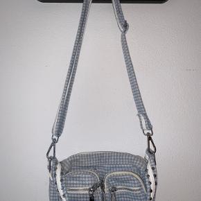 Rigtig fin og rummelig lyseblå ternet Noella taske. Det er en kollektionsprøve - derfor er der kun lavet få antal i denne model.  Været i brug 1 gang.