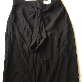 stærkt tilbud  Lækker nederdel med ydre slå om del falder flot på kroppen🤩 Sender med DAO  Tager ikke billede med nederdel , men gerne mål.😎 Der gives gerne rabat ved køb af flere stykker tøj eller sko🍀