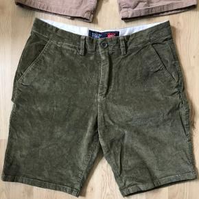 Prisen er angivet pr. par.   2 par lækre Levis shorts, begge er W30.  Et par i grøn og et i lysebrun.  Begge par har max været brugt 5 gange.