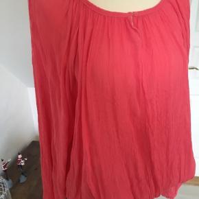Frisk bluse med elastik forneden.
