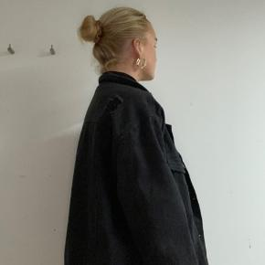 Mørkegrå/sort denim jakke. Oversize, jeg er normalt str S.