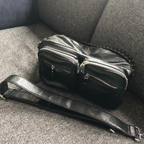 Taske fra Noella. Står som helt ny, næsten ikke brugt. Kort og lang stop medfølger.   35x15x20  Kom gerne med et bud.  Sender ikke skal hentes i Sydhavnen.