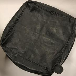 Sort firkantet puf i læder  Måler 50x50x30 cm Uden fyld  Har lynlås i bunden, så den er nem at fylde
