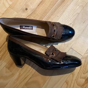 Kategori:  Sko   Mærke: Maretto, Italien  Farve: Brun med ruskind og metalspænde   Størrelse: M6 W8 ca. str. 39   Nypris:  2005 kr.  nu 160 kr.  (nypris 269 Euro)  (se mere om priser her: https://www.scarparossa.com/maretto)   Web: http://www.maretto.it/en/ Since 1973 Corrado Maretto Shoe Factory developed its passion for shoes, producing haute couture shoes for women. Corrado Maretto Shoe Factory creates high quality footwear for women looking for luxury and charm, keeping the approach and care typical of handicraft. Skilled hands sew fine textiles, fabrics and paillettes: those hands have many years of experience and provide the added value to the factory production. Time dedicated to study a product and the experience in creating shoes are of primary importance: the mission of the company is to create shoes which fit perfectly, in addition to a good-looking shape.     Silhuet: Flot klassisk pasform med enkelt, elegant og tidløst design, fine detaljer, samt smuk facon.   Andre oplysninger: Se style, model, materialer og rengøringsinstruktioner på nærfoto af tag/mærke. Alle beklædningsgenstande har været renset/vasket siden seneste brug. Herefter er beklædningen almindeligt opbevaret. Men inden du bruger det igen anbefales, at du lufter/vasker/stryger/renser jfr. instruktionerne i mærket.   Bemærk: Evt. bagklædning, bladranke, stol, tørklæde, hat, gine, figur og andet styling medfølger ikke.   Pris: Prisen er voldsomt nedsat, så dette røverkøb er ej til forhandling, ligesom der ikke indgås byttehandler.   Betaling og forsendelse: Jeg sender næsten alt via Trendsales med DAO, køber betaler fragt. Din forsendelse pakkes i praktisk dobbelt plastpose, så den godt beskyttet, samt fylder og vejer mindst muligt.  Hvis der på foto fx er skoæske og anden original emballage medfølger dette naturligvis.   Personlig afhentning: Du er velkommen til selv at afhente i Risskov, Aarhus. Reservation af varen (ved personlig afhentning) kan udelukkende ske mod forudbetaling via Mobile
