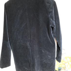 Velour mørkeblå jakke fra Ganni. Str 36.  Der mangler en knap på den ene af de to lommer, hvoraf lommen indeni er i stykker. Deraf prisen.   Afhentes i Aarhus.