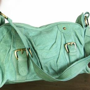 Lækker kvalitets taske i blødt skind fra Oxford Bags. Indeni har tasken stort rum, flere mindre rum, hvoraf 1 med lynlås. Mål 36x22x13cm.