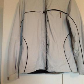 """Varetype: skijakke /jakke til ski / vinterjakke / vinter jakke Størrelse: XS/S Farve: Lys grå /blå Oprindelig købspris: 2300 kr.  rigtig lækker skijakke / vinterjakke med mange detaljer (lommer, lynlåse, rib ved håndled mm) Er kun brugt på én skiferie, så fremstår som ny. En meget lækker jakke i Helly Hansen kvalitet Foret med det lækreste varme """"pels"""""""