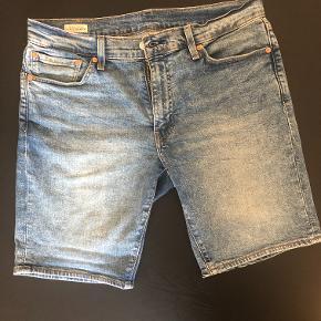Levi's 511 slim cowboy shorts W:33 Brugt et par gange. Sælges da de er for store til mig.  Ingen fejl og mangler.