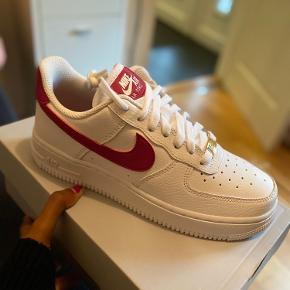 Helt nye Nike Air Force 1 '07, White/Noble Red.  Skriv pb for mere info