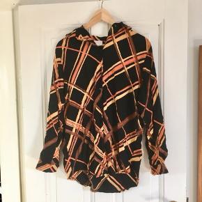 Alletiders retro skjorter i stærke orange farver.  Kan ses og afhentes på Frederiksbjerg.