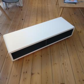 Fint Tv-bord med hjul og to hylder til VHS-maskinerne. Mål BxDxH: 120x39x29cm Står som nyt
