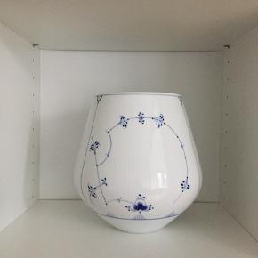 Stor Royal Copenhagen vase, 21 cm. Sælges.  Da jeg bare ikke får taget den i brug.  SUPER STAND!  Skal hentes i Aalborg.