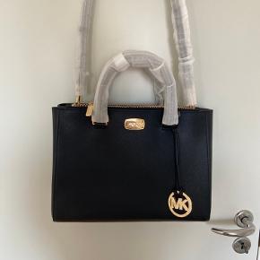 Skuldertaske/crossbody taske  Den har aldrig været brugt, købt i Michael Kors butik i Warszawa. Modellen kostede omkring 3500 kr, dog købt med en særlig rabat, som jeg havde i butikken. 🌸 Kvittering haves  Byd og se mine andre annoncer 😊