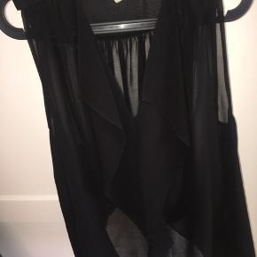Rigtig flot sort bluse fra VILA med flotte guldknapper. Har selv brugt den med et bindebånd rundt taljen. Men falder super flot foran.