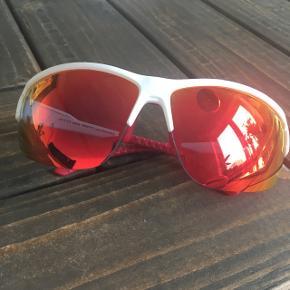 Basta sportssolbriller ideelle til fx cykling eller ski. Aldrig brugt, men der er kommet lidt ridser i - se sidste billede.