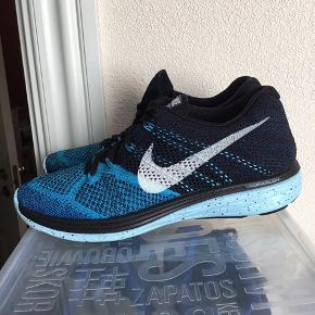 Smarte Nike flyknit lunar 3 i petroleums blå og sort str 43 sælges . Lunarlon sålen gør skoen let. Kan bruges af begge køn. Sælger ud af min samling af Nike sko. Køber betaler fragt.