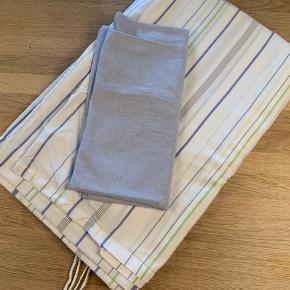 Sengetøj til 1 stk dyne i alm str og til 1 pude  Farve: Hvid / Blå / Grøn  Lukning: Bindebånd  Materiale: Bomuld   Sælges for kr 100,00 incl forsendelse med DAO  Betaling: Mobilepay eller TS