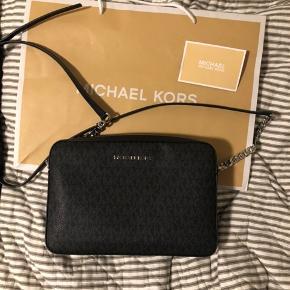 Helt ny crossbody taske fra Michael Kors. Aldrig brugt! Fik den i gave, men får den ikke brugt  Nypris 1500kr dustbag medfølger