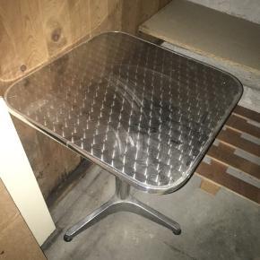 Fint cafébord med 2 gennemsigtige stole