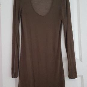 I ægte silke, jerseyvævet. meget strækbar  Perfekt som underkjole eller som hér med underkjole under ( følger ikke med) Brugt en gang. Perfekt stand. Ingen mærker i, men passer en 40 - 42 / 44 alt efter hvor tætsiddende den skal være
