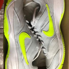 Super behagelige WMNS Nike Court Lite i str 38- i en fed grå/lime farve! De er brugt 2-3 gange, men er i ny stand.  Kom gerne med bud!