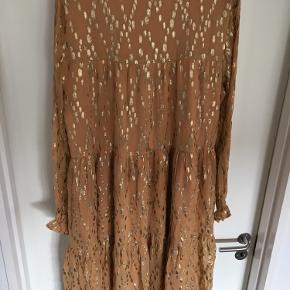 Lækker camelfarvet kjole med guldtryk fra Sofie Schnoor med tag.  Se billeder 😊 . Ny pris 1299