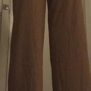 Sælger de her super flotte og populære bukser fra pieces. De sælges da de desværre er for små til mig. Det er i en størrelse xs, og i brun 🤍