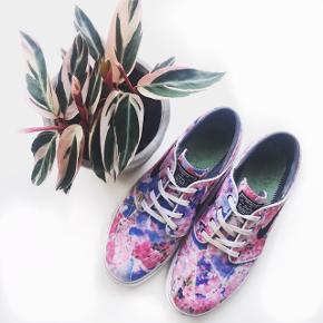 Nike SB Zoom x Stefan Janoski i farven 'cherry blossom' 🌸 • Str. 40,5  • Allerhøjst gået med 10 gange  • Sålerne er væk - jeg leder efter dem, men ellers kan de købes super billigt. • Helt perfekt stand - bortset fra sålerne.   Alle pengene går direkte til min tur til Nepal som frivillig 🏔☀️