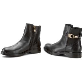 Da mine smukke TH støvler bare står og samler støv har jeg besluttet at sælge dem.  Jeg har brugt dem 2 gange, de fremstår derfor næsten som helt nye og der er minimal slid! De er behandlet og imprægneret.  Jeg gav 1.400 for dem, derudover er de behandlet så det slipper du selv for ☺️