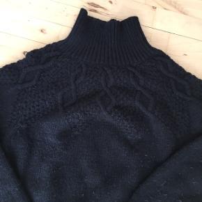 Fin mørkeblå sweater m mønster  Lidt fnuller