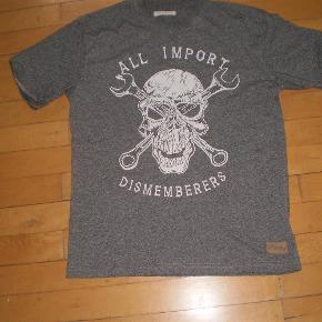 Varetype: T-Shirt Farve: Se billede Oprindelig købspris: 300 kr. Prisen angivet er inklusiv forsendelse.  Lækker T-shirt brugt få gange  Pris 110 inkl porto