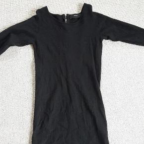 Varetype: Kjole af Merino Uld / Merinould Farve: Sort Oprindelig købspris: 1200 kr.  Dejlig kjole med lynlås i ryggen  80% merinould og 20% polyamid  Kan passes af en m eller l