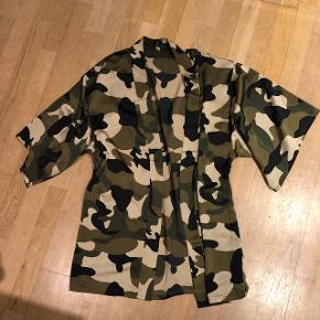 Army og krølfri glat og lækker Kimono str. S/m Fra design In Paris  Nypris 500 kr Brugt 1 gang