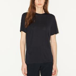 Her har du den perfekte enkle Amatta t-shirt! Denne super enkle silhuet passer til alt og kan bruges til både hverdag og fest. Hvorfor skal dit basistøj ikke også være af god kvalitet? Materiale: 100 % lyocell. Nypris: 600kr